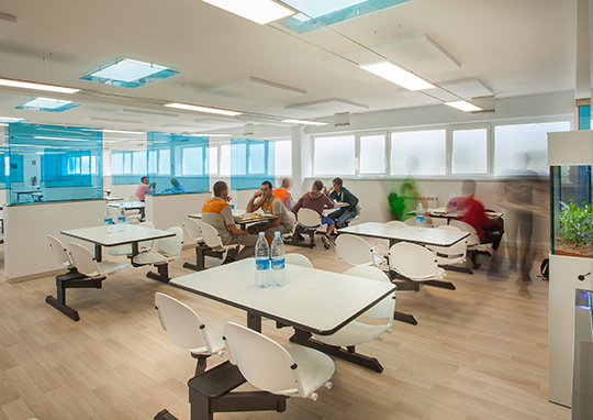 the-learning-spaces-comedor-polivalente-gnk-driveline-mobiliario